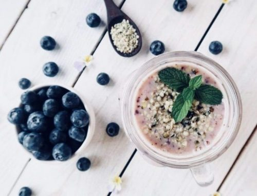Smoothie proteico al mirtillo e acai